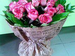 Ярко розовые высокие розы 17 штук в крафте