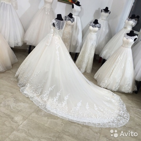 1528cf30599 Новое свадебное платье с большим шлейфом